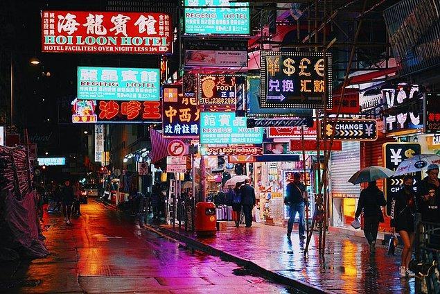 Yüksek nüfusu, renkli caddeleri ve mükemmel bir manzaraya sahip Hong Kong, sürekli hareket halinde olan şehirlerden. Dünyanın en lüks ve pahalı otellerine sahip olan Hong Kong, doğu dünyasının vazgeçilmez noktalarından.