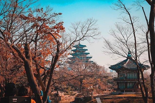 Yüksek nüfusu ve teknolojinin gelişim merkezi olan Seoul, kültürel noktaları içinde barındırarak Asya'nın turizm noktalarında önemli bir yere sahip.