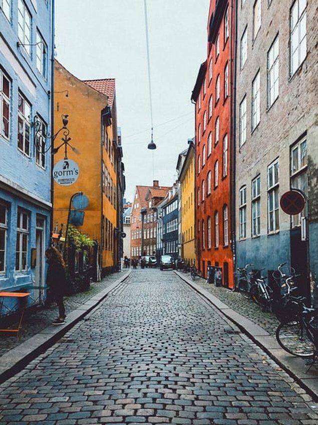Dünyanın en mutlu şehirlerinden biri olan Kopenhag, renkli binaları, şehir boyu uzayan su kanalları ve ferah havası ile hem doğaseverlerin hem de turistlerin gözde noktalarından biri.