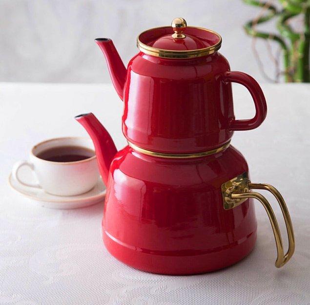 6. Emaye demişken; bu retro çaydanlık da favori ürünlerden.